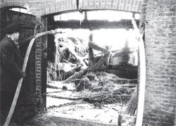 Löscharbeiten am Dohrn Hof in Westerbüttel. Das Gebäude brannte bis auf die Grundmauern nieder.